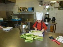 Küchenhilfe bei der Frühstücksvorbereitung